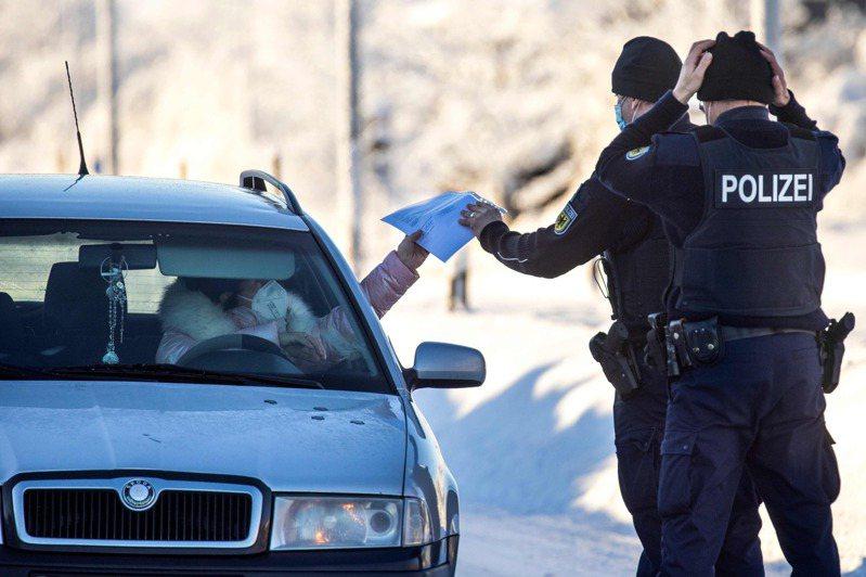 英國受到暴風雪「達西風暴」侵襲,各地低溫急凍,卻傳出有2名年輕女子在攝氏零下23度的最低溫夜晚,專程開車到偏僻山區大搞「車震」。法新社
