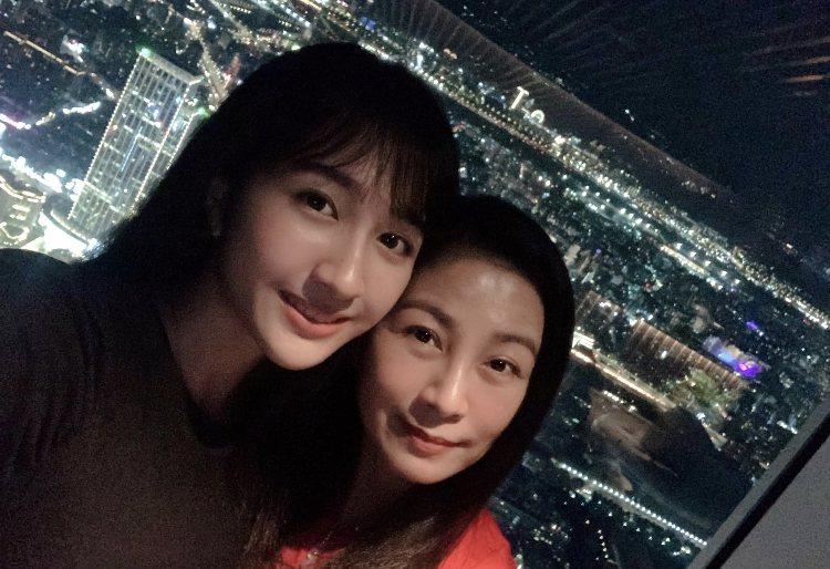 方文琳與小女兒齊薇。圖/大創紅國際提供
