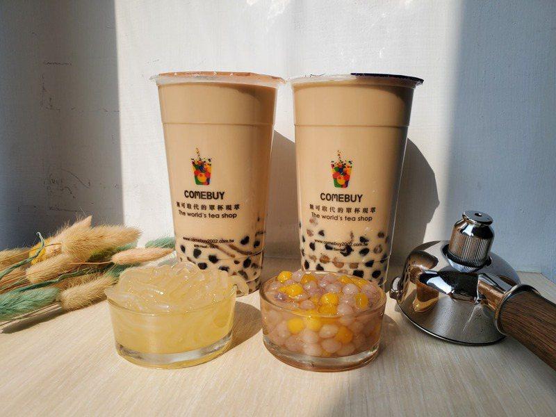 momo購物網與COMEBUY攜手推出開工日限定「滿額送雙Q奶茶」限量好康,共3,000杯送完為止。圖/momo購物網提供