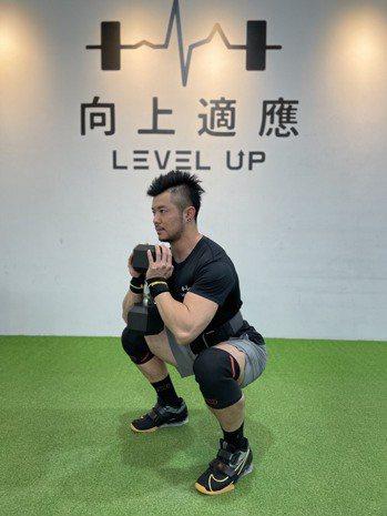 雙手捧啞鈴做負重深蹲(酒杯式深蹲)可促進肌肉量增加,達到減脂目的。向上適應/...