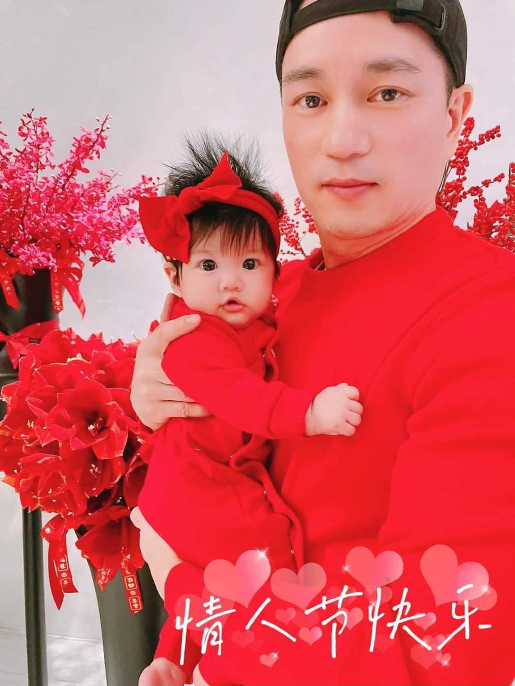 安以軒曝光老公與女兒合照。圖/摘自臉書