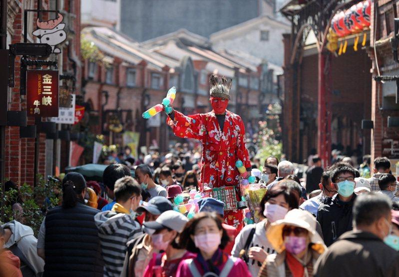 許多民眾收假前趁著好天氣出遊,三峽老街擠滿人潮,一名小販踩著高蹺兜售玩具。記者林澔一/攝影