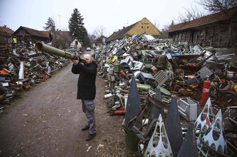 马库拉每周都去武器废弃场寻找可用来制作乐器的零件。法新社(photo:UDN)