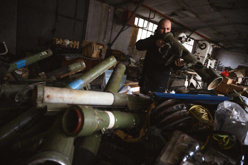 馬庫拉2日在一處軍事垃圾場內仔細端詳著一個火箭筒。法新社
