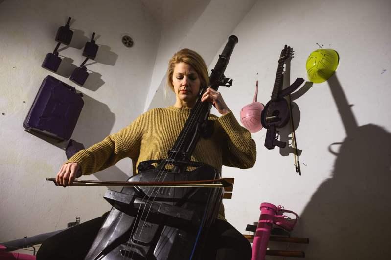 大提琴家史维拉奇1日使用马库拉利用火箭筒和军用汽油桶制成的大提琴进行演奏。法新社(photo:UDN)