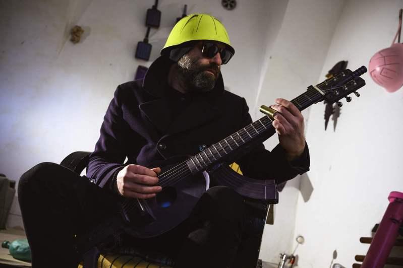 退伍军人兼视觉艺术家萨洛维奇1日用马库拉打造的吉他来弹奏音乐。法新社(photo:UDN)