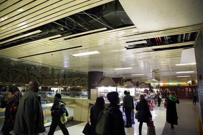 纽约公车总站长期以来因天花板漏水、厕所脏乱和经常误点为人诟病。(美联社)(photo:UDN)