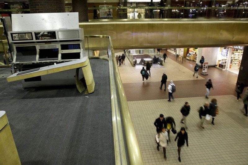 疫情爆发前,纽约公车总站平日服务廿五万人次乘客。(美联社)(photo:UDN)