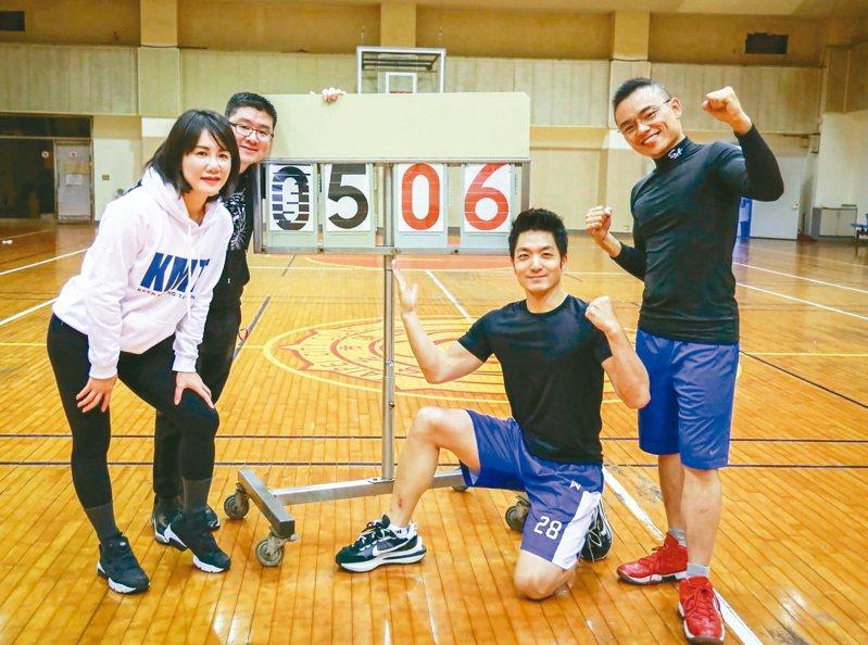 國民黨立委蔣萬安(右二)受邀一起運動、健身,然而腳上那雙「鞋王」意外成為焦點。 圖/洪孟楷提供