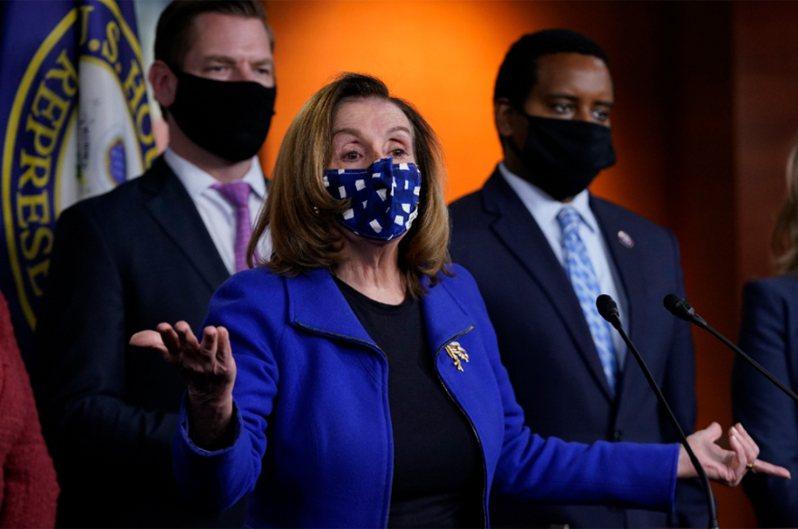 美国联邦众议院议长波洛西(Nancy Pelosi,中)表示,国会将成立一个独立委员会,调查1月6日发生的国会暴乱「事实与成因」。 美联社(photo:UDN)