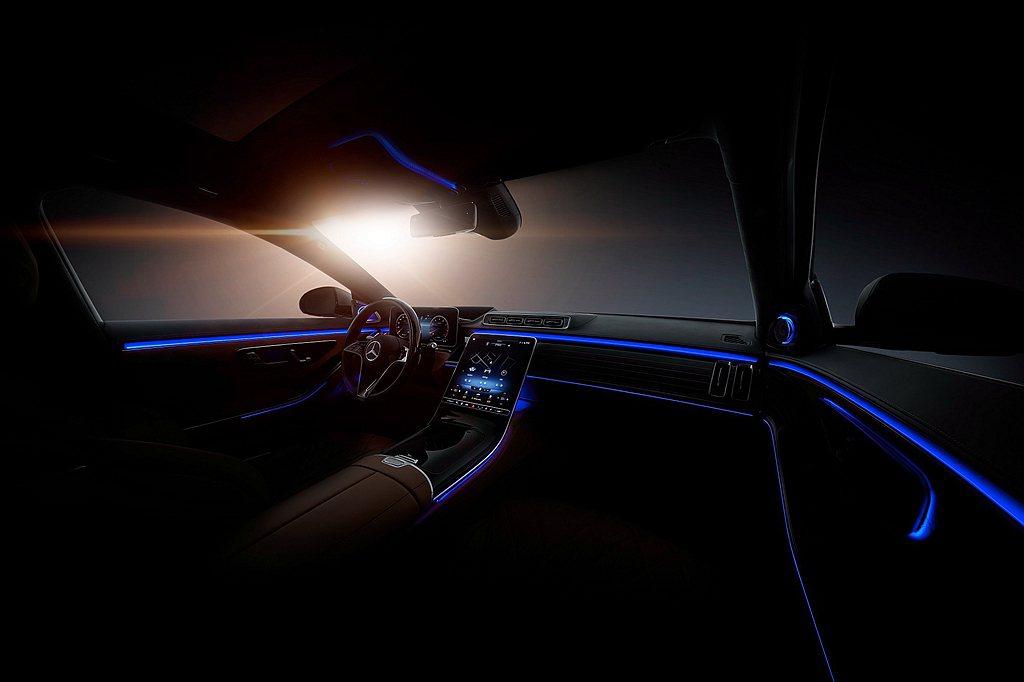 全新主動環景式內裝照明 貼心對話感受細膩。 圖/Mercedes-Benz提供