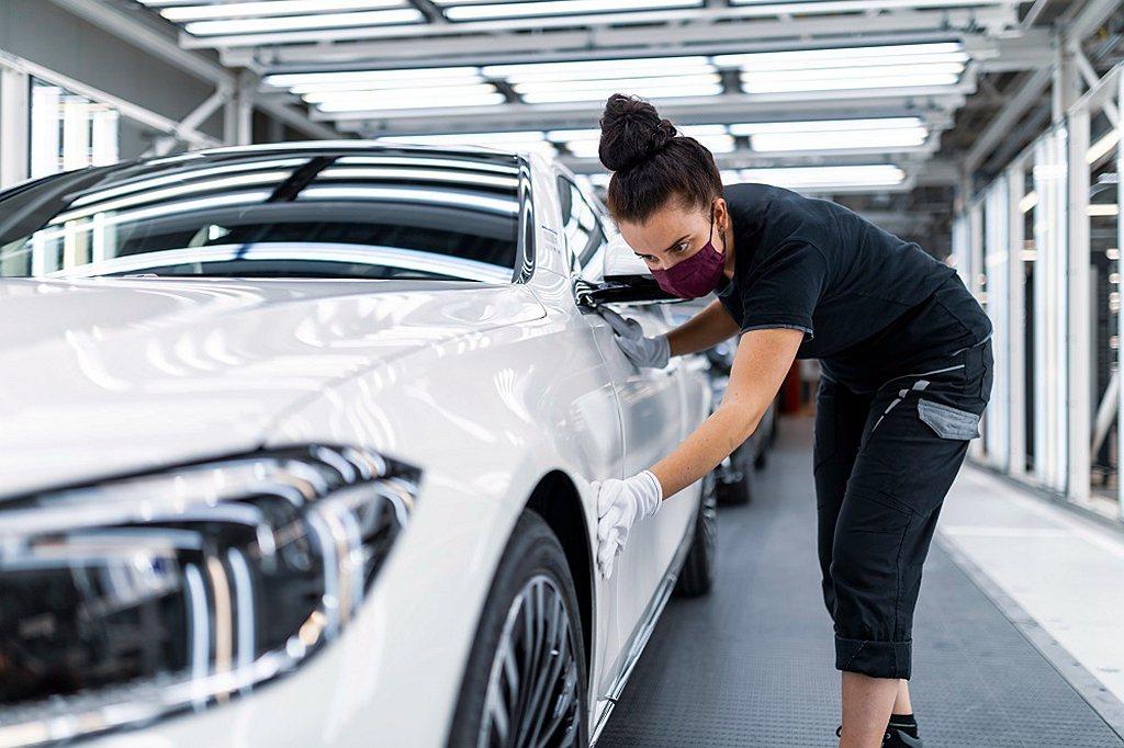 每一台新世代賓士S-Class都歷經上百雙手的全心守護。 圖/Mercedes-...