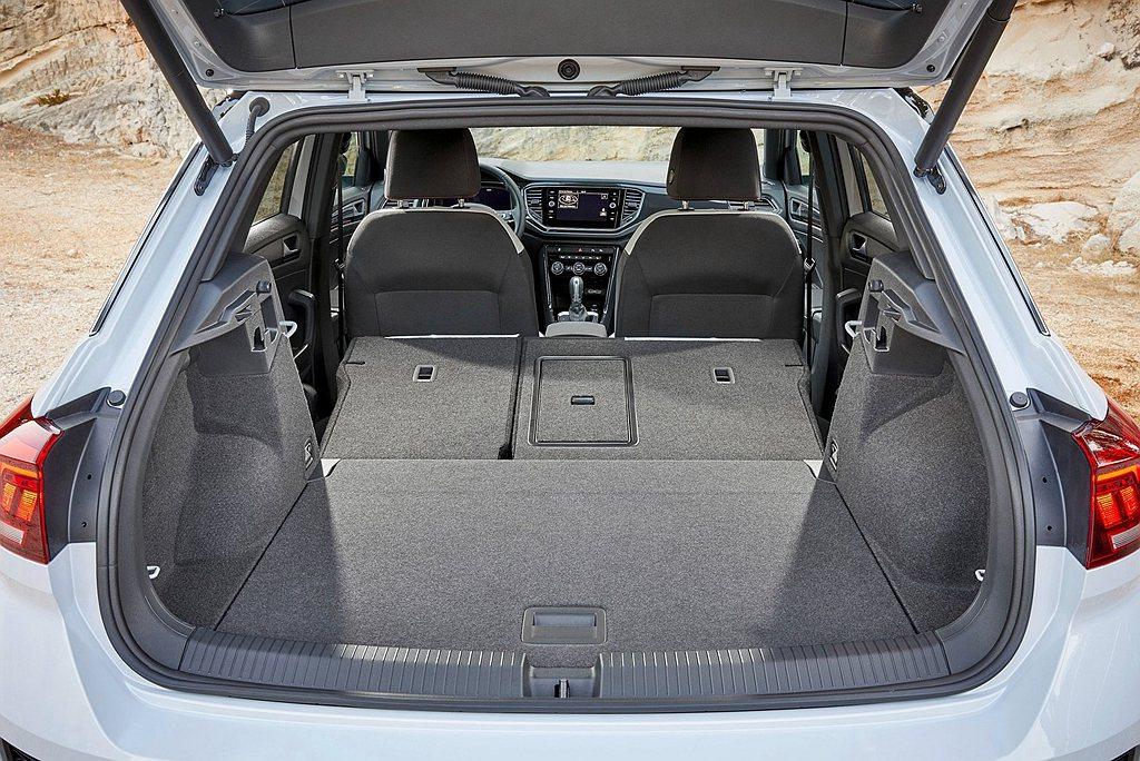 行李廂基本容積為445L,透過6/4分離後座椅與行李廂底板高低可調,車室容積可一...