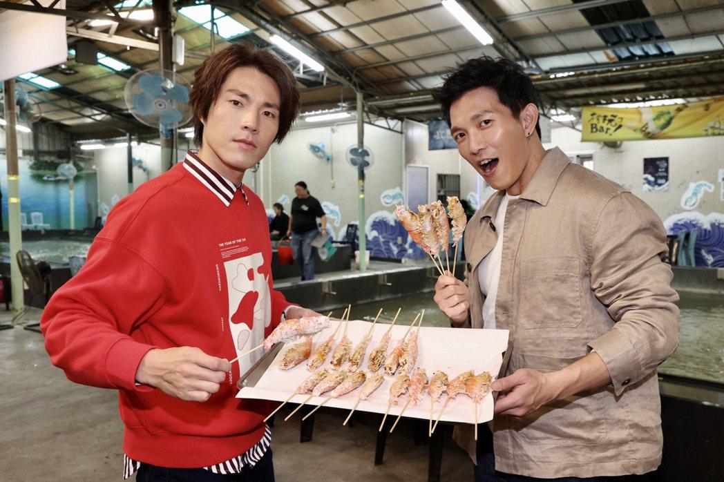 黃尚禾、唐振剛釣完蝦開始烤出美味。記者黃義書/攝影