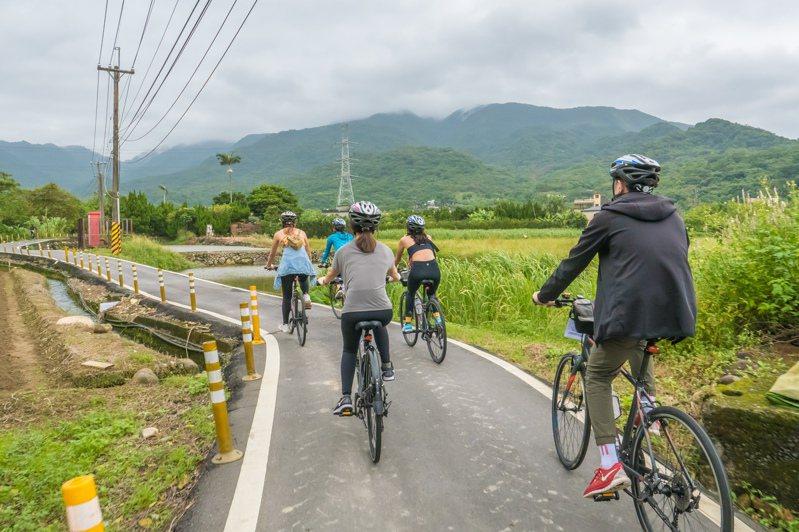 台北市政府想推單車車牌,納管自行車。圖為民眾騎單車暢遊北海岸自行車道田園支線。記者張睿廷攝影/報系資料照