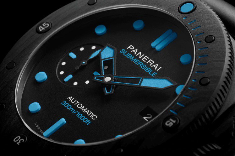 PAM 01616腕表使用特殊的Carbotech碳纖維複合材料,加上蔚藍色的夜...