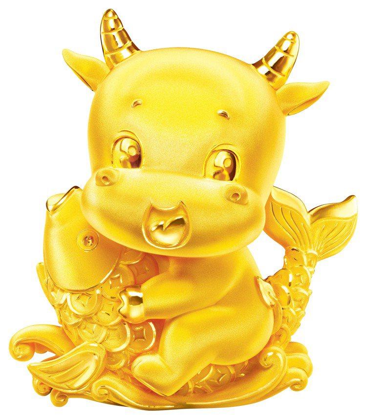 「年年有餘」黃金擺件,重量約0.3兩起,價格店洽。圖/周大福提供