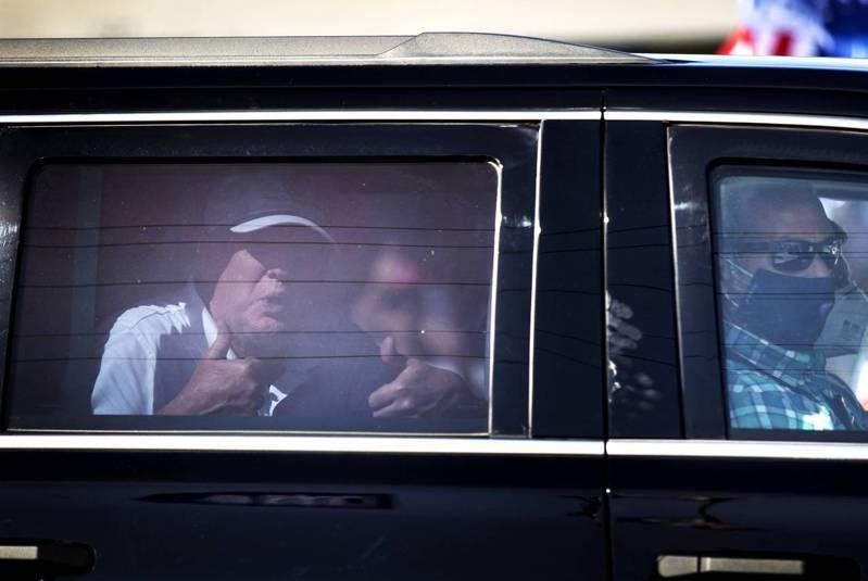 川普弹劾案无罪后,大批川粉上街高举挺川标语,川普在车内笑着比赞。法新社(photo:UDN)