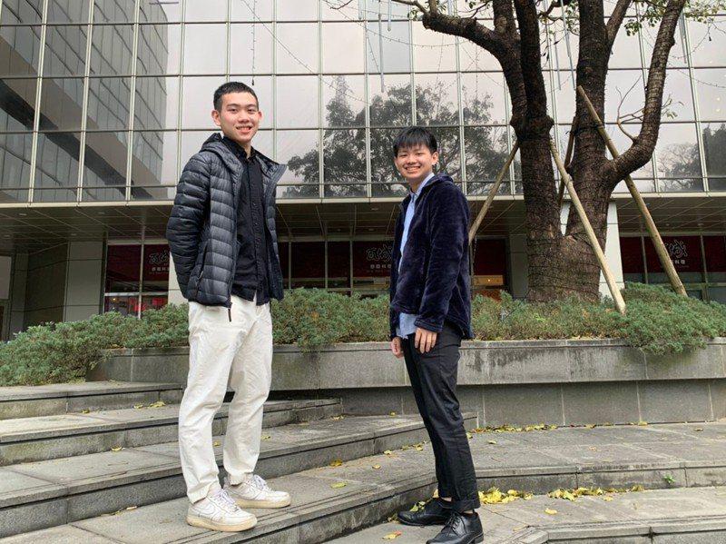 中信實中學生邱裕宸(左)、簡宇宏有感於體制內學習環境讓他們無法伸展手腳,決定改念實驗教育機構。記者馮靖惠/攝影