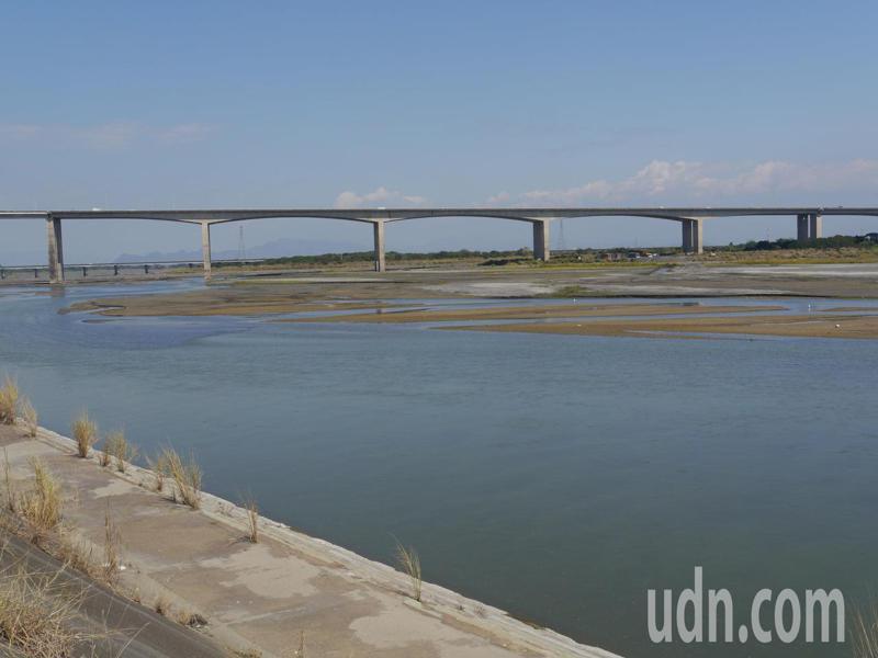 南部降雨量僅往年一半左右,今天高屏溪川流量不到9cms。記者徐白櫻/攝影