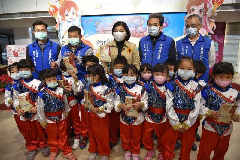 雲林各校明起開始實施校園消毒,縣府並發配460萬片口罩給包括公私立高中職的各級學校學生和教職員使用,落實防疫。圖/雲林縣府提供