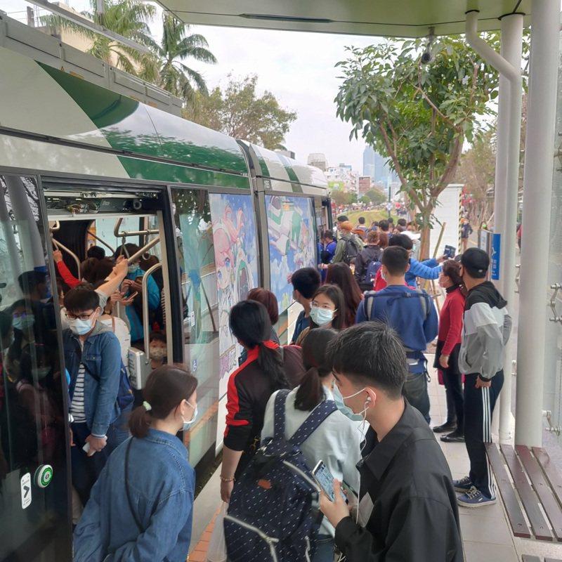春節期間,免費搭乘的高雄輕軌經常爆滿。圖/高雄捷運公司提供