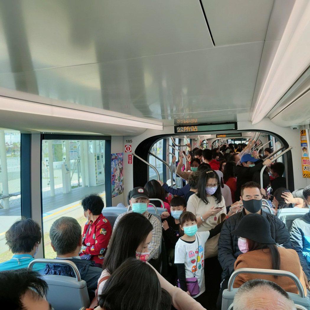 春節期間,高雄輕軌經常爆滿。圖/高雄捷運公司提供