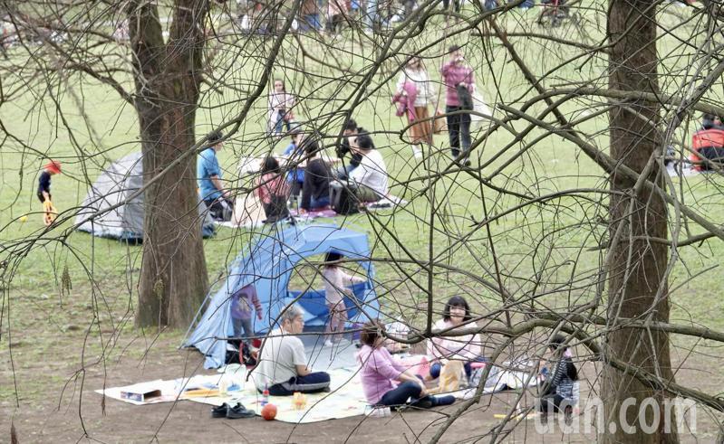 明天開工日變天冷氣團報到,民眾把握最後半天好天氣,戶外休閒,與家人親友團聚,享受春節假期尾聲。記者林俊良/攝影