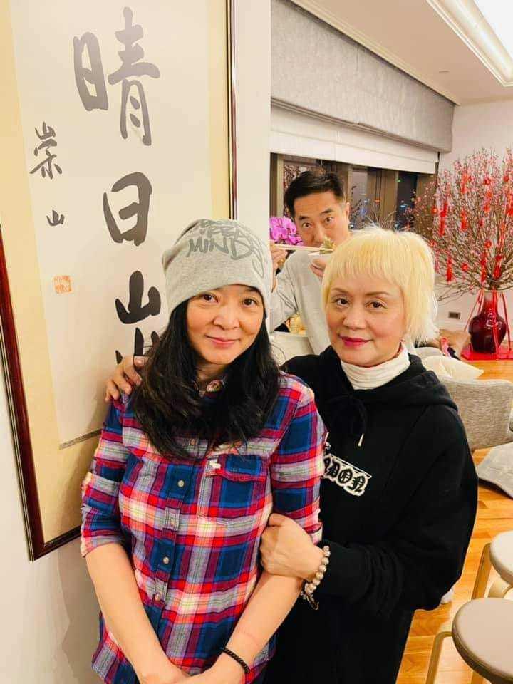 永遠的小龍女陳玉蓮(左)年初二到香港友人家拜年,仍是氣質高雅。圖/摘自臉書