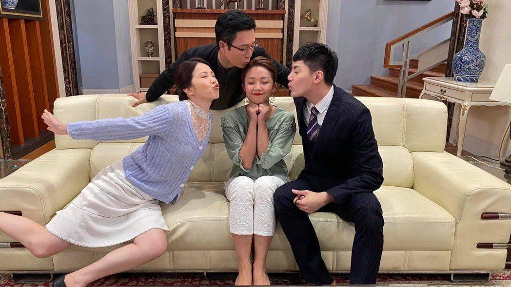 廖苡喬(左起)、王燦、賴慧如、王凱合拍「多情城市」時合作愉快。圖/摘自臉書