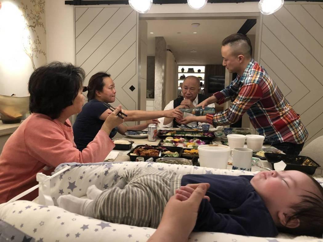 吳宇森一家人在春節當天吃團圓飯,過得相當和樂。圖/倪有純提供