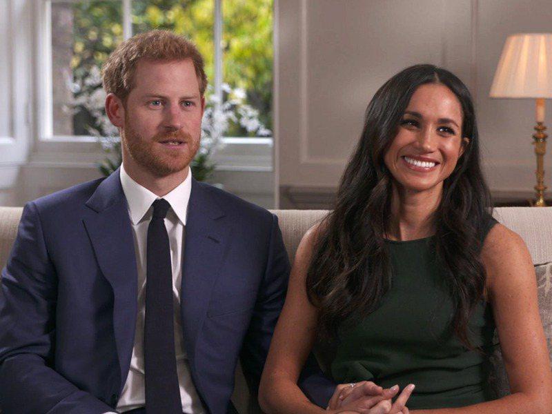 英國哈利王子(左)和妻子梅根接受美國名主持人歐普拉.溫芙蕾的訪問,將在3月7日播出。圖為哈利和梅根2017年11月在倫敦受訪。美聯社