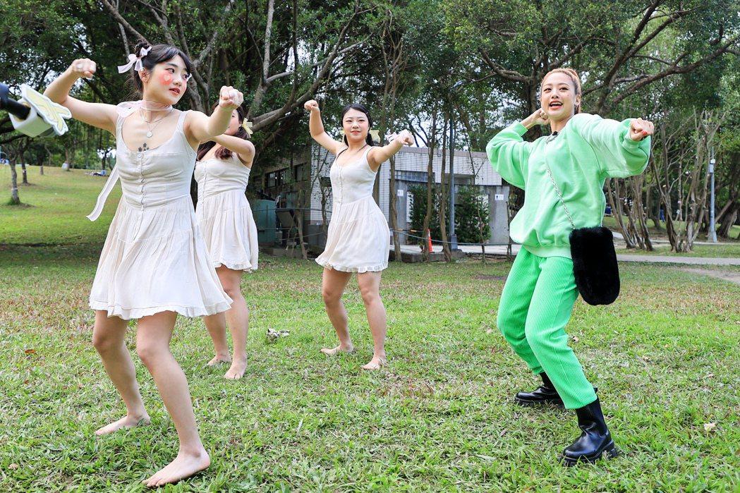 鬼鬼(右)開工唱教跳「Gugoo Game」,亂入學生畢業MV作品尬舞。記者林伯...