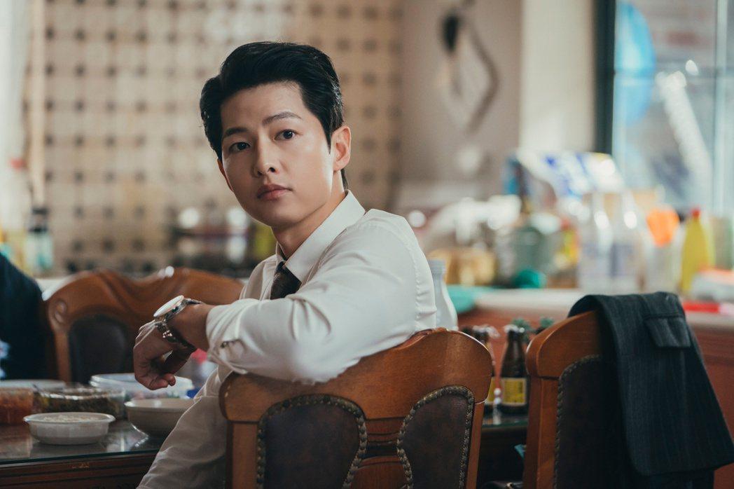 宋仲基相隔2年回歸韓劇演出「黑道律師文森佐」,化身暗黑英雄,又要講義大利語撩妹。