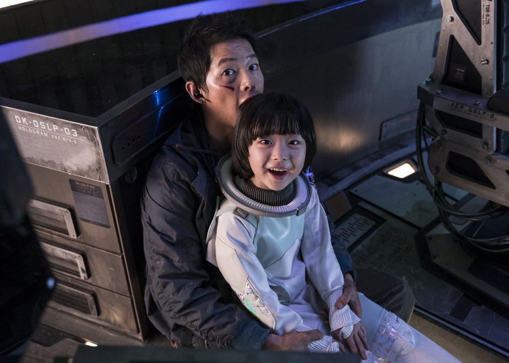 宋仲基(左)在「勝利號」與小童星朴叡隣(右)培養出有如父女的感人情誼,展現父愛魅...