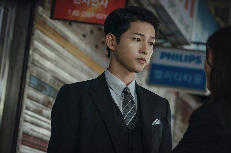宋仲基相隔2年回歸韓劇演出「黑道律師文森佐」,化身暗黑英雄,又要講義大利語撩妹。...