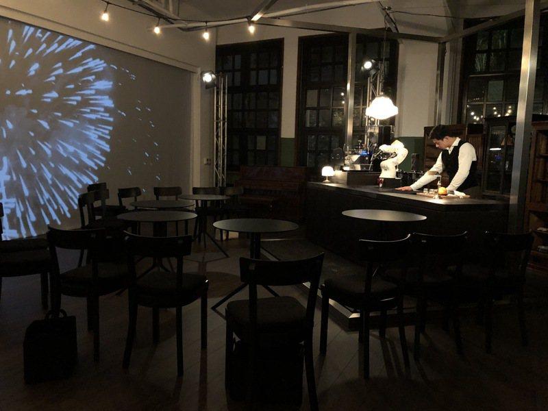 編舞家黃翊創造全台唯一在咖啡館舉行、結合餐飲的定目劇,圖為咖啡館場景。記者何定照/攝影