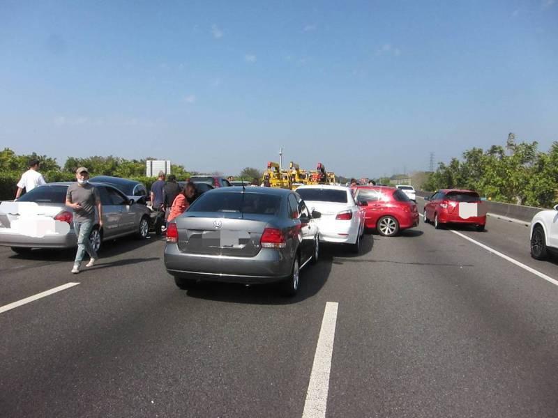 春節年假最後一天,國道一號也湧入車潮,國道一號北向222.2公里彰化北斗路段今天下午發生8部車追撞車禍,造成3人輕傷及塞車。圖/國道三隊提供