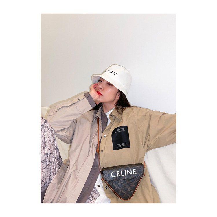 大陸女星宋妍霏選用Triangle Bag Triomphe Canvas款式。...