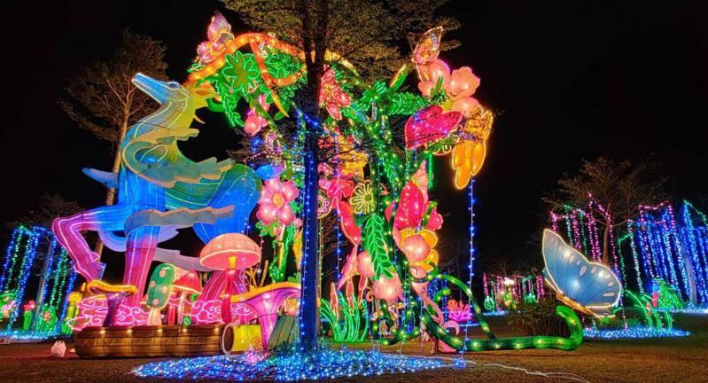 高雄佛光山平安燈會今年低調登場,入夜後燈光璀璨,燈會維持一個月。圖/佛光山提供
