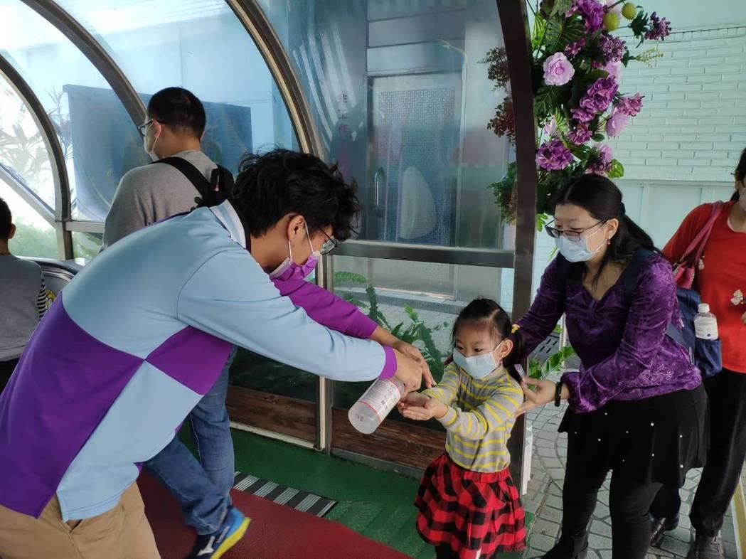 今年全台灣的天氣不錯,疫情期間各大遊樂園拉高防疫標準,但今年天氣好,到遊樂園的人...