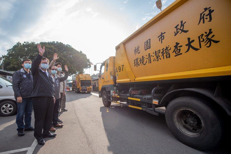 桃園市長鄭文燦(左二)昨天慰勉清潔隊員,宣布市府與國際同濟會合作成立環安基金,讓隊員的工作更有保障。圖/桃園市政府環保局提供
