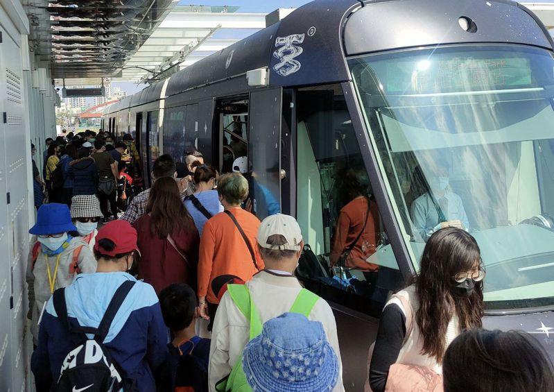 春節期間,高雄輕軌滿載,車站擠滿等著上車的民眾。圖/高雄捷運公司提供