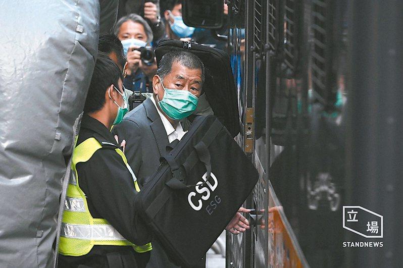 香港壹傳媒集團創辦人黎智英(右)等九人涉非法集結案十六日早上開審,前立法會議員梁耀忠和區諾軒認罪,黎智英等其他七人不認罪。圖/取自立場新聞