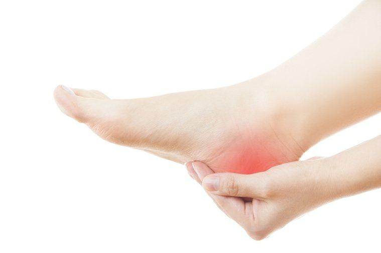 足底筋膜炎是成年人腳跟疼痛常見原因之一,典型症狀是早晨下床第一步最痛。圖╱123...