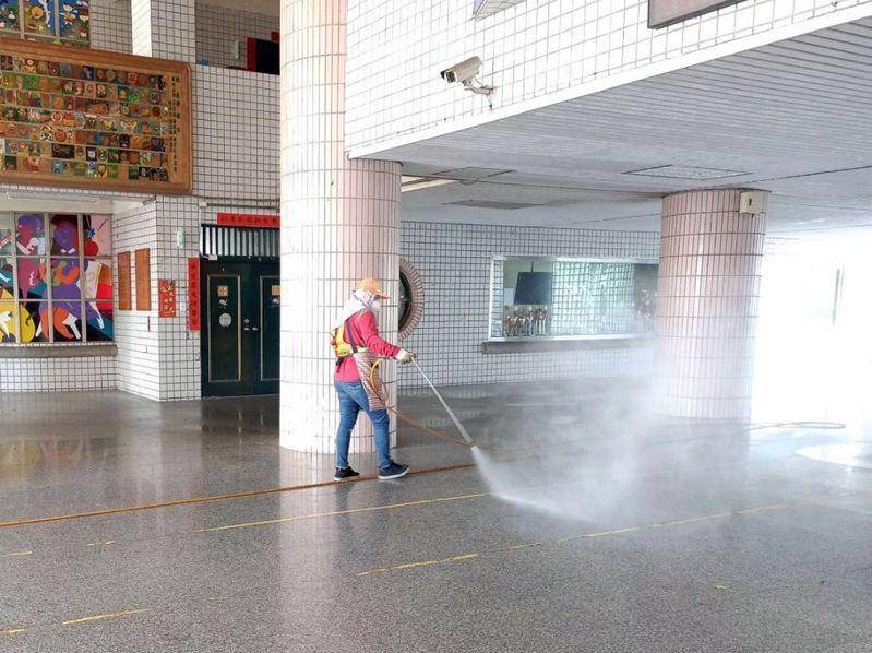 為讓全台校園下周安心開學,各地環保局過年前即協助學校消毒,昨起繼續在學校內及周邊公共環境噴藥消毒。圖/高雄市環保局提供
