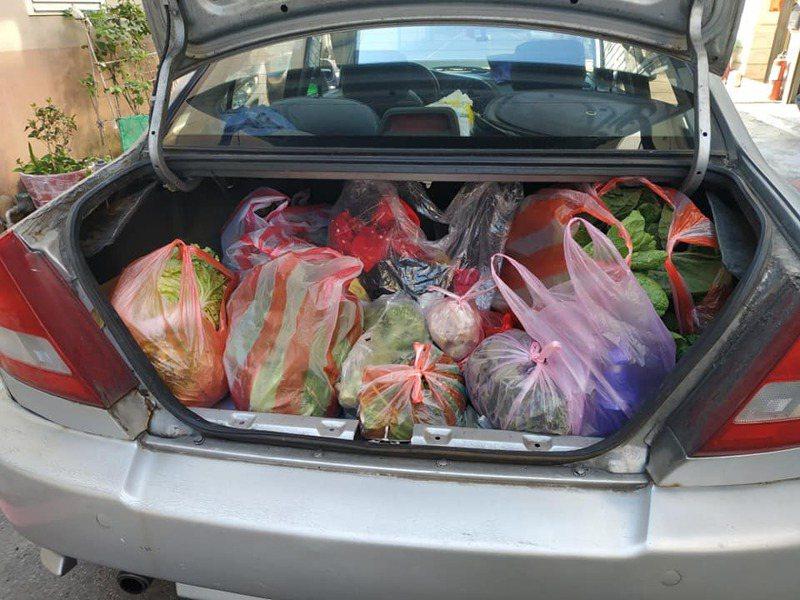 原po回娘家,母親種的菜塞滿後車廂。 圖擷自爆廢公社