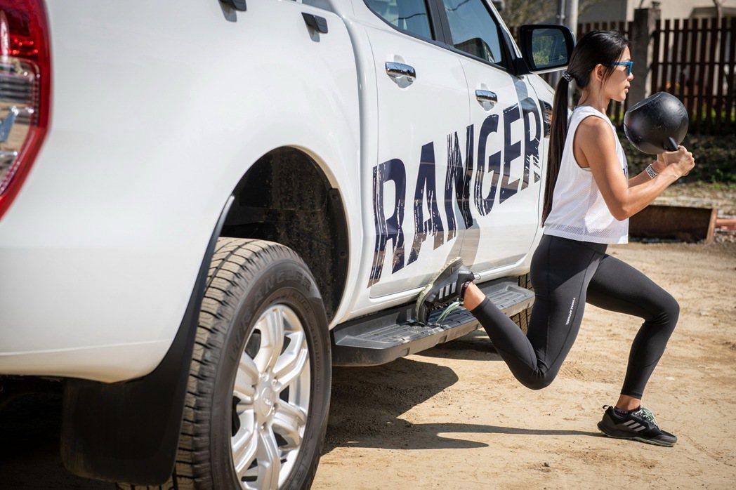 Ford Ranger車側的踏板也能夠作為保加利亞分腿蹲的輔助,教練建議搭配壺鈴...