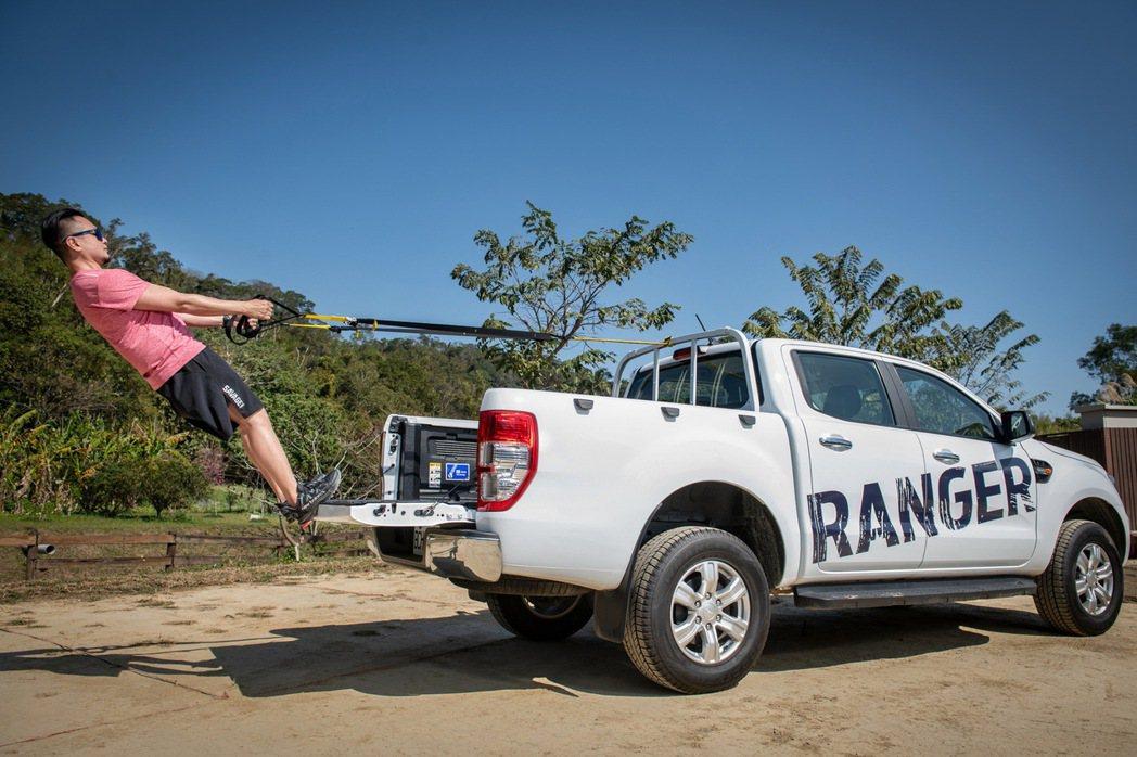 Ford Ranger職人型/全能型配有車身同色金屬頭立式格柵貨架,可在後斗上執...