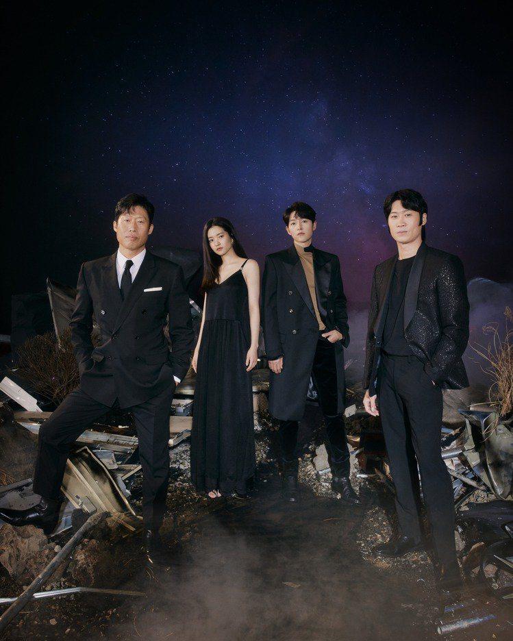 柳海真(左起)、金泰梨、宋仲基、陳善奎主演「勝利號」。圖/Netflix提供